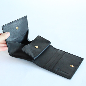 コンパクトなサイズの二つ折り財布は、かさばることもなく荷物を少なくしたい時や鞄が小さいときなどにも重宝しそう♪ しかしコンパクトながら、中を開くとカードを十分に収納できるポケットと大きく開いた小銭入れからは硬貨も取り出しやすそうです。