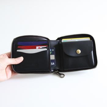 お財布の周りに、くるりとファスナーが付いています。 小銭用のポケットも、マチが広いので大きく開いて小銭も探しやすそうです。