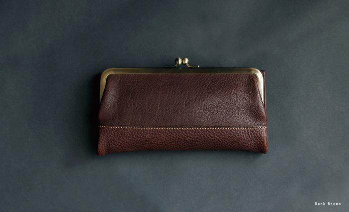1965年に、ランドセル作りからスタートした「土屋鞄製造所」。 一つ一つ手作りで作られる鞄や革小物は、時が経ってもなお持ち主に似合うデザインです。 こちらのお財布は、オイルヌメ革を使用しているので、経年変化と共にくたっとあなたの手に馴染み使い込む楽しみを教えてくれそうです。