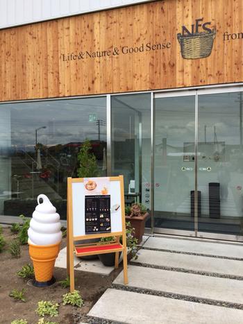 こちらは札幌から車で1時間弱の岩見沢市にあるカフェ。1階はスイーツやジュース、ジャムなど北海道の素材にこだわった食品を扱うおしゃれなショップで、カフェは2階にあります。