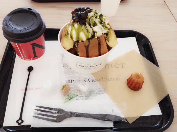 2階のカフェスペースは、1階のお店で注文した商品を持って行くイートインのスタイル。1番人気のパンケーキボックスは、テイクアウトも可能です。