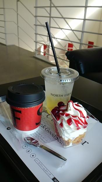 濃厚なミルク味のソフトクリームを使ったパフェは、フレーバーの種類も豊富。北海道らしい素材の良さが感じられる一品です。