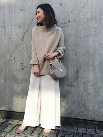 柔らかいグレージュカラーでまとめたコーディネート。白のワイドパンツはエレガントでスマートな雰囲気になりますね♪バッグのゴールドパーツもアクセントになってて素敵です。