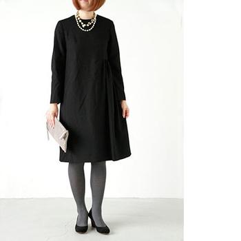 シンプルな黒のフレアーワンピースは冠婚葬祭にもパーティードレスとしても使いやすく、1枚あると便利。こんな風にネックレスを重ね付けすると華やかになり、結婚式・二次会にもぴったり!