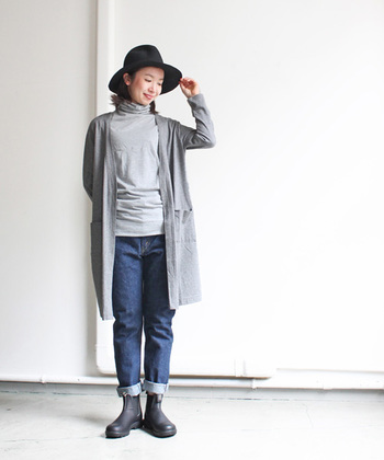 グレー×デニムのコーディネート。黒のハットと合わせるのは黒のパンプス・・・ではないんです。スムース素材のショートブーツでグッと大人な印象に。
