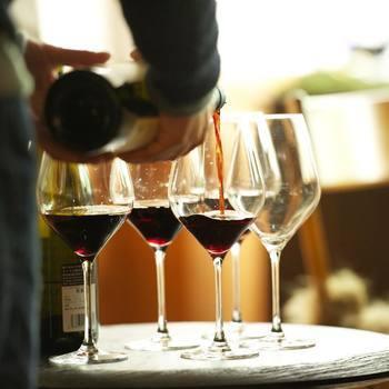 """あなたにとっての「特別なグラス」は見つかりましたか? お気に入りのグラスで自分のための特別な時間を楽しむのもいいですが、大切な人への贈り物として、""""特別な時間をプレゼントする""""というのもまた素敵ですよね。いいグラスを傾けならが、美味しいお酒をゆっくりと心ゆくまで味わう―。特別なグラスとともに過ごす、そんな豊かで格別なひと時をぜひ楽しんでみてください。"""