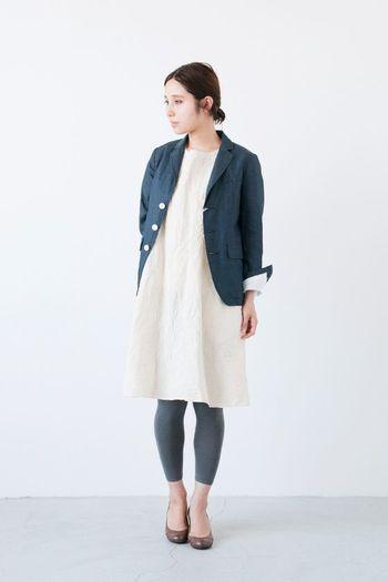 清楚なワンピース×ジャケットスタイル。レギンスで抜け感を持たせてあるので、靴はブーツではなく、ラウンドトゥのパンプスで上品に仕上げます。柔らかいイメージをそのまま受け継げる、柔らかカラーが素敵ですね。
