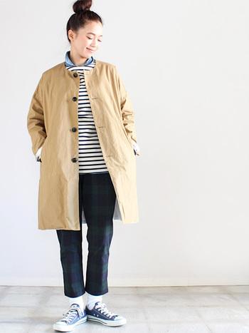 紺のボーダー×ブラックウォッチのパンツ。足元にも紺のスニーカーを選ぶことで統一感のあるキレイなカジュアルスタイルに。