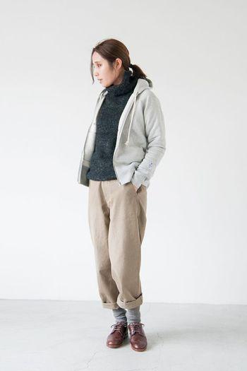 茶色の靴は、意外にコーデしにくく、黒や白など合わせ易い色を選びがち。そんな時は同系色のパンツで違和感なく靴をなじませます。