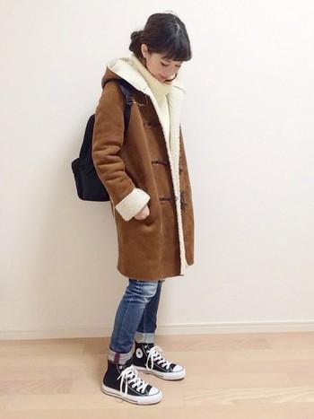 袖まくりとパンツの裾ロールアップスタイル。シンプルながらもいいバランスです。