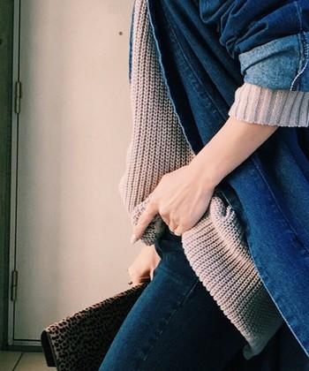 まずは一番取り入れやすい着崩し「袖まくり」からご紹介します。