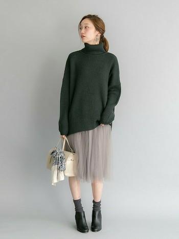 昨年から流行しているゆるふわニット。アウターも含め、全体的にゆったりとしたコーデが続いています。ようやく重たい冬スタイルを抜け出して、これから春先にかけて活躍しそうなのがプリーツスカートです。ゆるふわニットとも相性抜群!レースやオーガンジー素材も春夏ファッションで流行しそうなアイテムです。