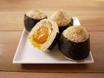 味がよくしみて旨みたっぷりの味付け半熟卵をおにぎりに。煮汁をごはんに混ぜて、一体感のある美味しさが味わえます。ボリュームも◎