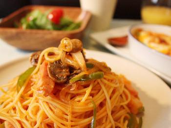 「ナポリタン」と名付けられたこのスパゲッティ、実はナポリには存在しない、日本のオリジナルメニューなんです。老舗洋食屋さんの味をベースにした、懐かしいおいしさ。