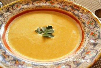 メインに凝った洋食メニューを作るなら、スープはちょっとラクしたいですよね。こちらは材料を煮込んだあと、ブレンダー(ミキサー)で滑らかにするレシピ。裏ごしの手間がいりません。
