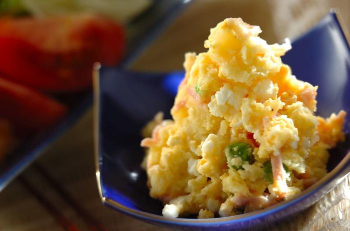 洋食サラダの定番、ポテトサラダ。「下味」の調味料は熱いうちに、マヨネーズは粗熱がとれてから加えます。