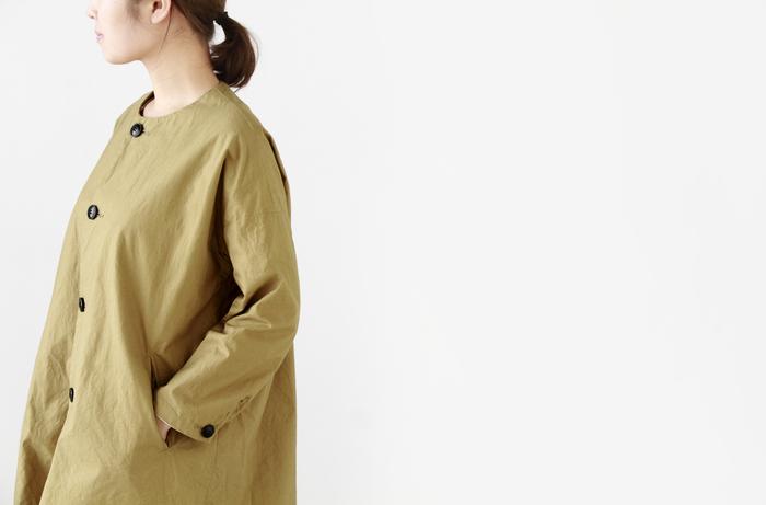 シルエットはキレイめでありながらも、クシュっとした生地感でナチュラルな雰囲気。ボーダーTシャツなどのカジュアルなアイテムはもちろん、キレイめなシャツなどにも合わせやすい万能アイテムです。