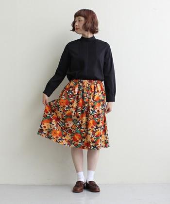 はやく、はやく 春よこい。 黒のブラウスに冬っぽさを残しながら、気分はウキウキ春モード。キッチュな花柄もタックブラウスとあわせることで品のあるパリジェンヌ風にな装いになります。