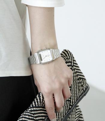 スタイリッシュな細身のケースとステンレススティールのベルトは思いのほか軽い着け心地♪ シンプルなデザインなので、どんなファッションにも自然と溶け込んでくれます。