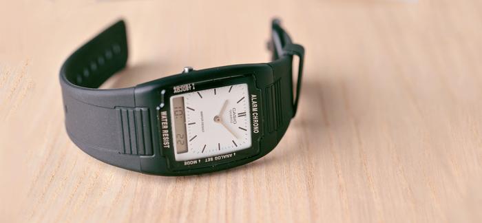 シンプルな佇まいが魅力的なアナデジ腕時計。小ぶりなサイズ感で厚さも1cm未満なため、ゴツくなり過ぎずスタイリッシュに身につけられます。