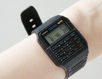"""ちょっと""""おもちゃっぽい""""雰囲気が可愛らしい、懐かしさのあるレトロなフォルム。生活防水と汚れに強い樹脂素材で作られているため、水や汚れを気にすること無く使用できます。軽量×多機能×防水×お手頃価格が揃った腕時計です。"""