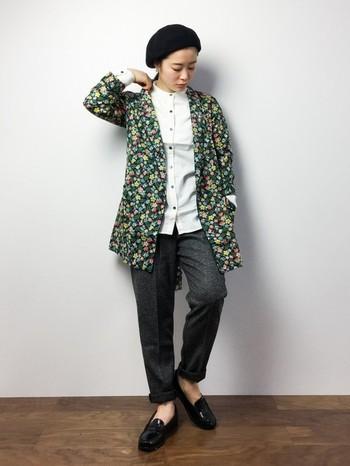 花柄のジャケットをニッシュコーデに取り入れて。ジェンダーレスな雰囲気が魅力的です。