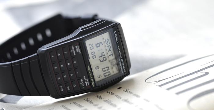 計算機能・通貨換算機能搭載。名前電話番号が登録できるのでいざという時に便利な一本。13ヶ国語もの曜日表示や、その他にもアラーム・デュアルタイム・ストップウォッチ・カレンダー・LEDバックライトなども搭載したハイコストパフォーマンスなウォッチです。