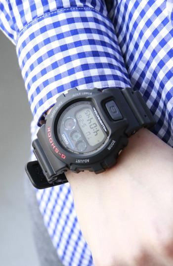 こちらもG-SHOCKの海外モデル「dw-6900」。オールブラックでクールな雰囲気ながらも、コロンとした丸みのあるフェイスがどこか愛嬌を感じさせます。