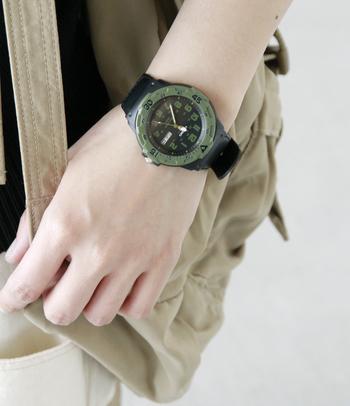 カーキ×ブラックのカラーリングがカジュアルでミリタリーな雰囲気の腕時計。G-SHOCKのゴツゴツしたかっこよさとはまた一味違った、シンプルで大人っぽい雰囲気が楽しめます。