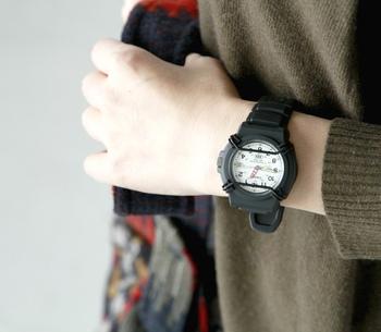 シンプルなコーディネートやナチュラルな服装の時こそ、腕時計のような小物使いでおしゃれに差がつくもの。また、毎日身につけるものだからこそ、自分の定番としてずっと使い続けられるデザインを選びたいですよね。さり気なくセンスの良さを演出してくれるカシオウォッチで、手元のおしゃれをもっと楽しみましょう♪