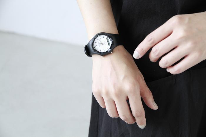 """「CASIO」といえば、世界に通用する日本の電子機器メーカー。デジカメや電卓、電子楽器など幅広い商品を展開していますが、やはり有名なのはG-SHOCKなどの腕時計。その中でも最近とくに人気なのが、シンプルでちょっとレトロな雰囲気のカジュアルウォッチたち。気取らないスタイルにはもちろん、きれいめなコーデにも意外に合わせやすいと評判なんです。また、シンプルで飽きの来ないデザインだから、""""定番品""""として長く愛用している方も多いのだそう。デイリーユースにもアウトドアにも、そしてシックな装いにも似合うカシオの腕時計たちをご紹介します。"""