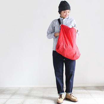 春のフルーツ【いちご】のような鮮やかなレッドのバッグ。シンプルなコーディネートに大胆な差し色が春らしくて◎。