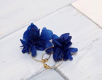 大きな花びらがとっても可愛い、ブリザードフラワーのフープイヤリング。存在感のある大胆な花モチーフは春ファッションにもピッタリですね。