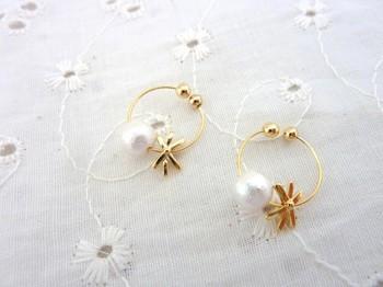 ゴールド×パールのイヤリングは、耳元から明るい印象にしてくれます。