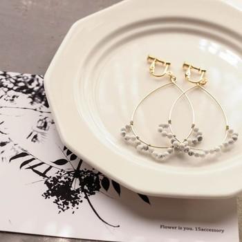 フリルのようについた飾りが特徴。可愛さと華奢さを兼ね備えたデザインです。