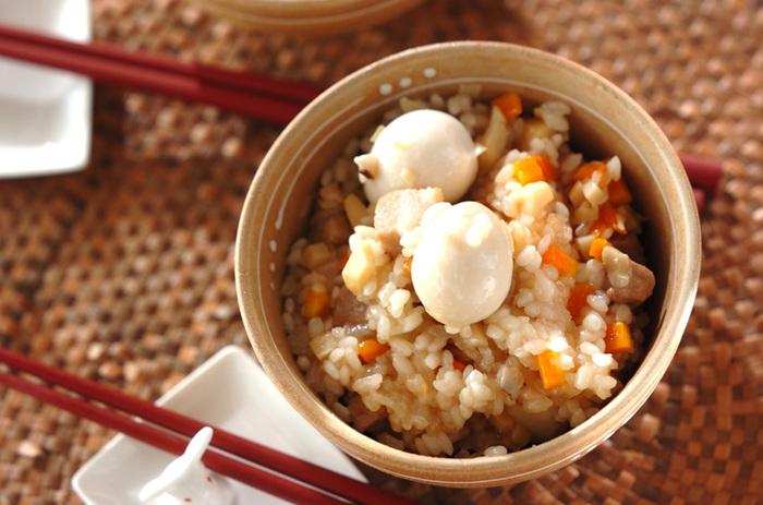 もち米がなくても、水溶き白玉粉を混ぜればおこわ風炊き込みご飯に! 材料を炊飯器に入れるだけの簡単メニューです。