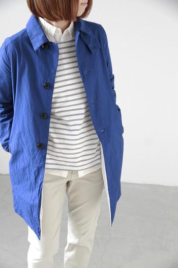 カジュアルなスタイルだけでなく、オフィスカジュアルなどのキレイめスタイルにも合わせやすいシンプルなコートは、年齢や流行、テイストを問わず、エターナルに着られる一着。長く大事に育てていきたいですね。