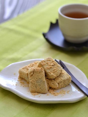 ゼラチンと白玉粉を混ぜるだけで本格わらび餅が完成♪ わらびもち粉がなくても簡単にできちゃいます! 休憩のお供にぜひ。