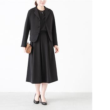 ジャストなサイズ感のジャケットと、ロング丈のスカートがバランスの良いスタイリングに。膝が隠れるロング丈は大人っぽさを演出してくれます。