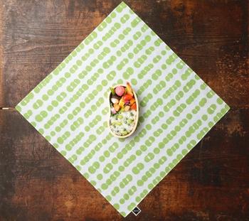 キュートなグリーンピース柄。お弁当の蓋を開けると、包みと中味をコーディネートしていることがわかって自然と笑顔に♪