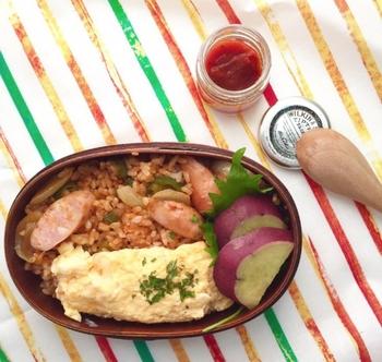 オムライス弁当にはカラフルなストライプ柄を合わせて。洋食のハイカラなイメージとピッタリ♪