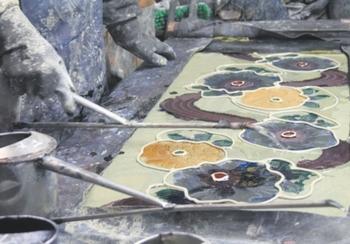 注ぎ染めは明治時代から広まった染め物技術。特殊な糊で防染し、重ね上げた生地の上から染料を注いで模様部分を染め上げます。裏表がなく染め上がり、独特の風合いや立体感のある模様が特徴です。