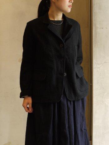 合わせやすい黒のテーラードジャケットはワードローブにひとつは持っていたいアイテム。ワンピースに合わせるだけでよそいきスタイルに。