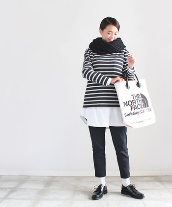 白とブラックのシンプルカラーのコーデだけど、トップスのボーダーと裾に見える白シャツ生地のおかげでブラックの重たさを感じさせません。