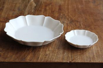 八角輪花皿。日本古来にあるデザインでありながらどこかエキゾチックなかおりもただよう素敵なお皿です。いつも側においておきたい、とっておきの一枚に・・・。