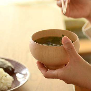 手に持ったときにしっくり収まりよくなじみます。美しい椀が食卓を上品に彩ってくれます。