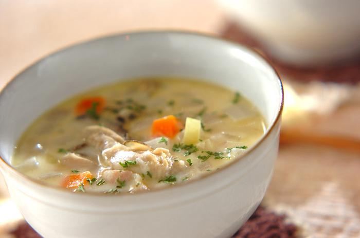 「海のミルク」と呼ばれるカキは、ミルクスープと相性抜群。栄養たっぷりでちょっと贅沢なクラムチャウダーです。