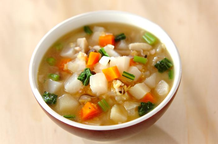 カブとレンズ豆がメインの野菜たっぷりスープのレシピ。冬が旬のかぶは、スープにすることで甘味が増してさらに美味しくなります。葉っぱは栄養満点なので、ぜひ捨てずに使いましょう。レンズ豆の代わりに大豆の水煮缶を利用しても美味しそうです。