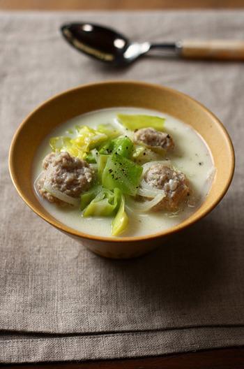 鶏団子と柔らかな春キャベツを使ったスープです。コンソメを使わず、味付けは塩麹と豆乳がメイン。まろやかで旨味たっぷりの組み合わせで、お肉も野菜もたくさん食べることができそう。