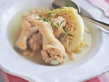 骨ごと調理できる手羽元は、良い出汁が取れる優れた食材。白ワインで煮るだけで、コンソメいらずの美味しいスープになります。コラーゲンたっぷりで女性に嬉しい一皿ですね。